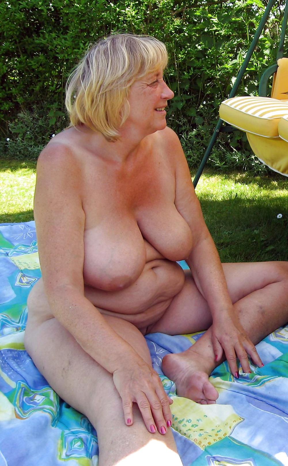Бабушка в огороде порно